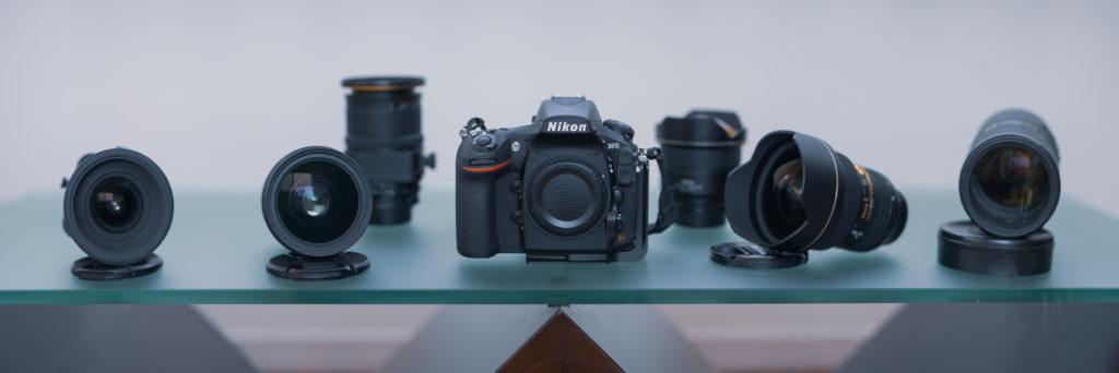 ニコンの交換レンズが並んでいる。11枚を繋ぎあわせたパノラマ写真