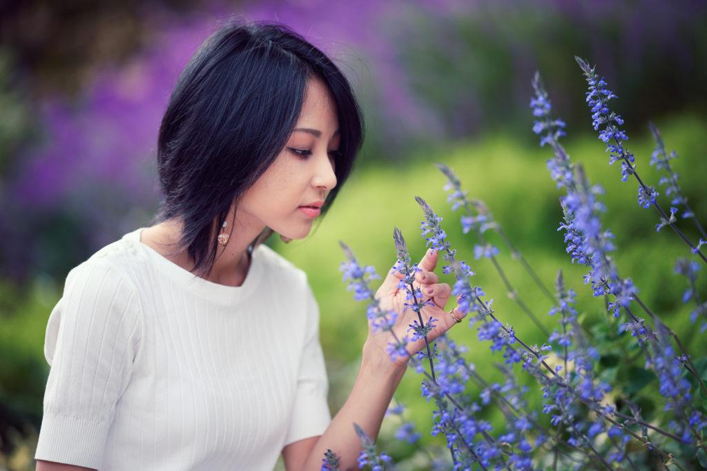 綺麗なモデルさんと花の写真
