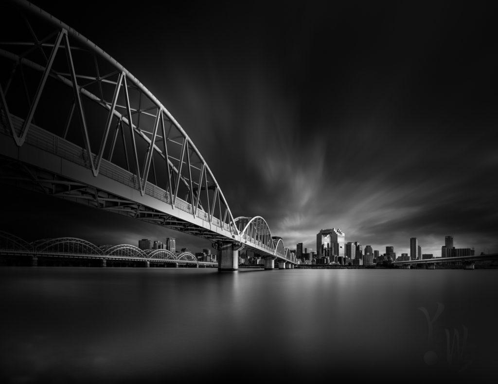ドラマチックな新十三大橋のモノクロ写真