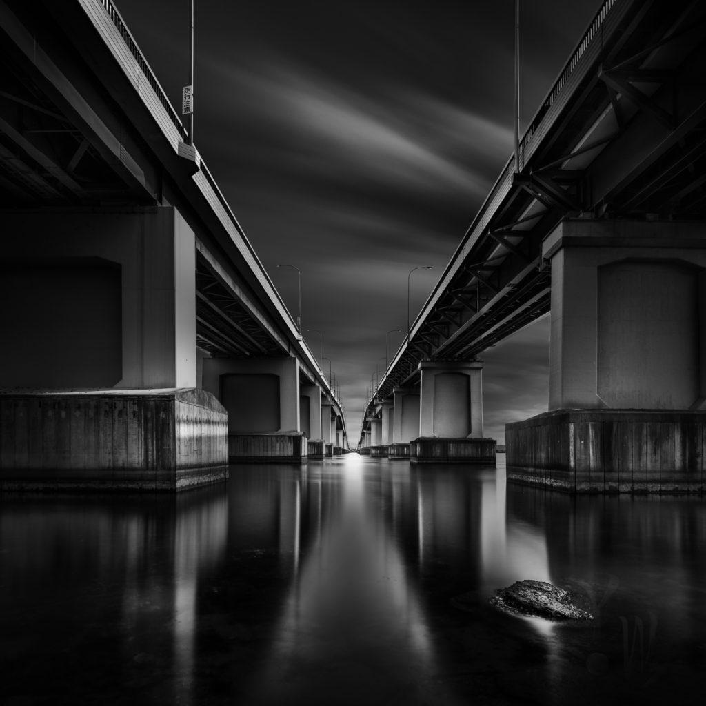 ドラマチックな琵琶湖大橋のモノクロ写真